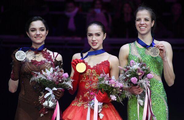 Евгения Медведева, Алина Загитова, Каролина Костнер (слева направо)