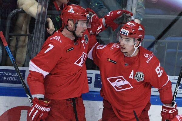 Хоккеисты Спартака Дмитрий Калинин (слева) и Александр Хохлачёв радуются заброшенной шайбе