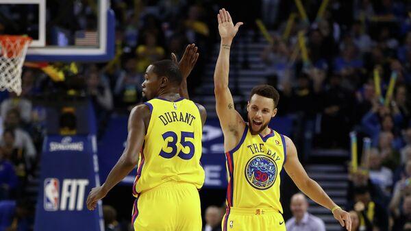 Форвард клуба НБА Голден Стэйт Уорриорз Кевин Дюрэнт и защитник Стефен Карри (слева направо)