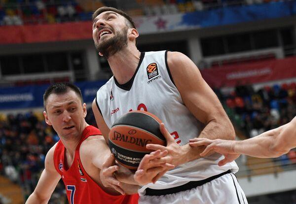 Защитник ЦСКА Виталий Фридзон (слева) и центровой БК Брозе Бамбер Деян Мюсли