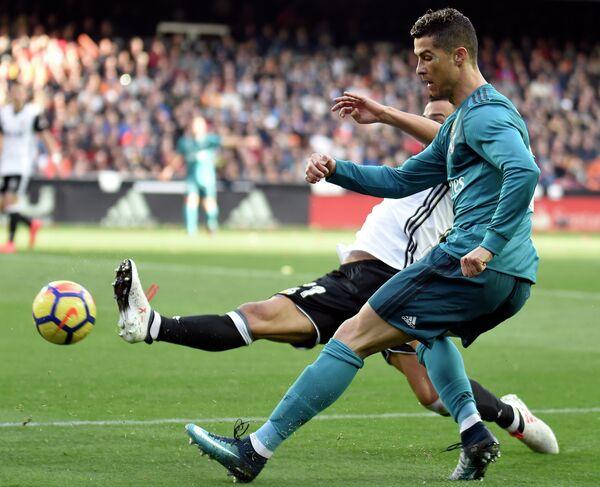 Игровой момент матча чемпионата Испании Валенсия - Реал
