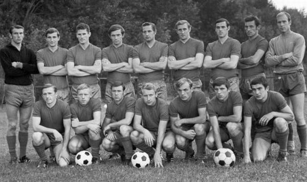 Виктор Оглоблин (третий справа в нижнем ряду)