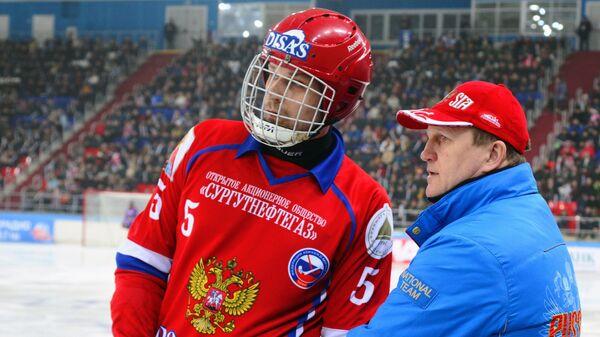 Артём Бондаренко и главный тренер сборной по хоккею с мячом России Михаил Юрьев