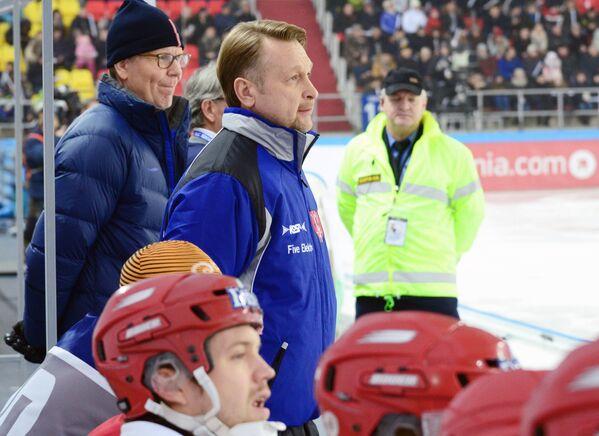 Главный тренер сборной Норвегии по хоккею с мячом Игорь Прахт (в центре)