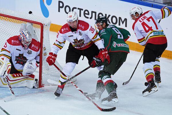 Андрей Попов (второй справа)