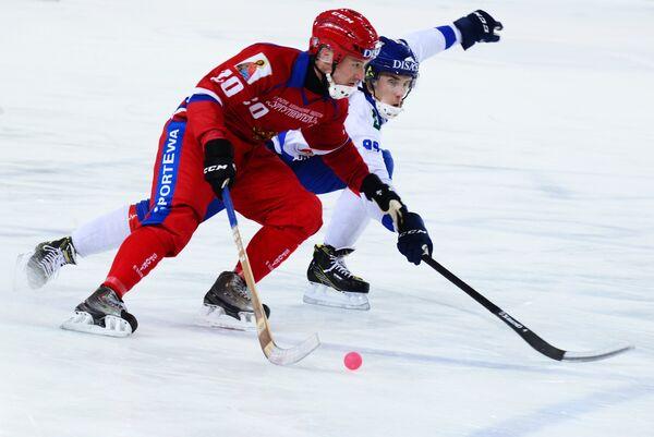 Игрок сборной России Янис Бефус (слева)