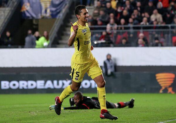 Защитник Пари Сен-Жермен Маркиньос радуется забитому мячу