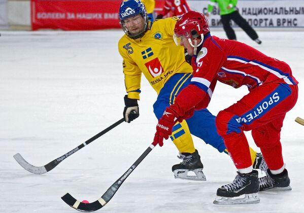 Игрок сборной Швеции Линус Петтерссон (слева) и игрок сборной России Сергей Ломанов