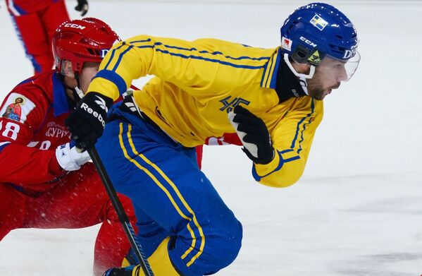 Игрок сборной России Сергей Шабуров (слева) и игрок сборной Швеции Кристоффер Фагестрём