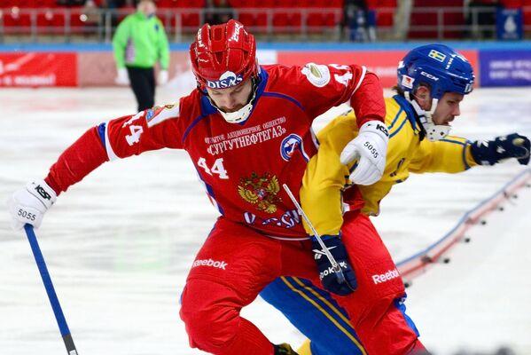 Игрок сборной России Вадим Архипкин (слева)
