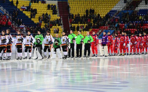 Игроки сборных России и Германии по хоккею с мячом