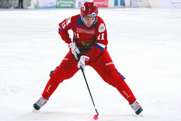 Игрок сборной России по хоккею с мячом Вадим Чернов