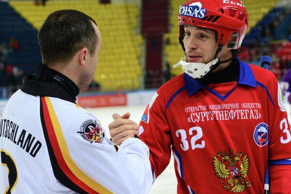 Игрок сборной Германии по хоккею с мячом Михаил Дунаев и игрок сборной России по хоккею с мячом Павел Булатов (справа)