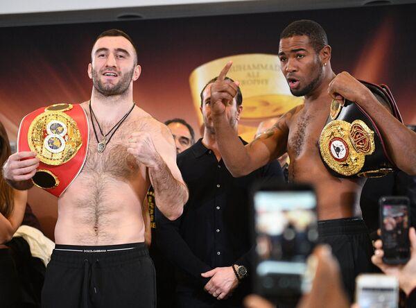 Российский боксер Мурат Гассиев (слева) и кубинский боксер Юниер Дортикос