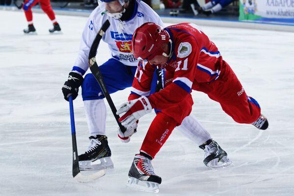 Игрок сборной России по хоккею с мячом Вадим Чернов (справа)