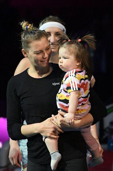 Вера Звонарева (на первом плане) с ребенком