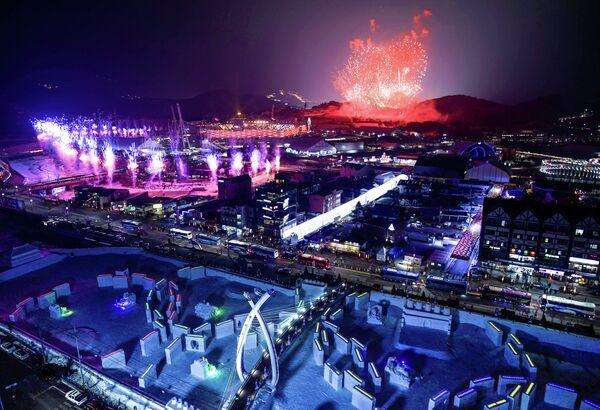Салют над Пхенчханом во время церемонии открытия Олимпийских игр