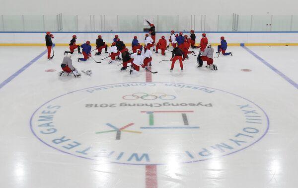Хоккеистки женской сборной России во главе с тренером Алексеем Чистяковым