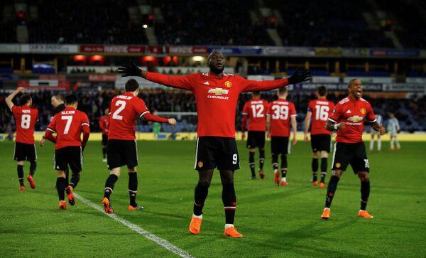 Футболисты Манчестер Юнайтед радуются забитому мячу Ромелу Лукаку (в центре)