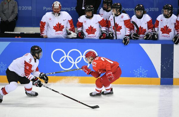 Канадская хоккеистка Лорейн Рогу и хоккеистка сборной России Виктория Кулишова (слева направо)