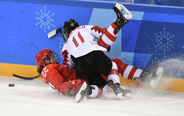 Хоккеистка сборной России Мария Баталова и канадская хоккеистка Джилиан Солнье (слева направо)