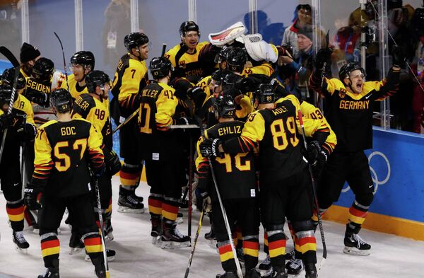 Хоккеисты сборной Германии радуются победе над шведами