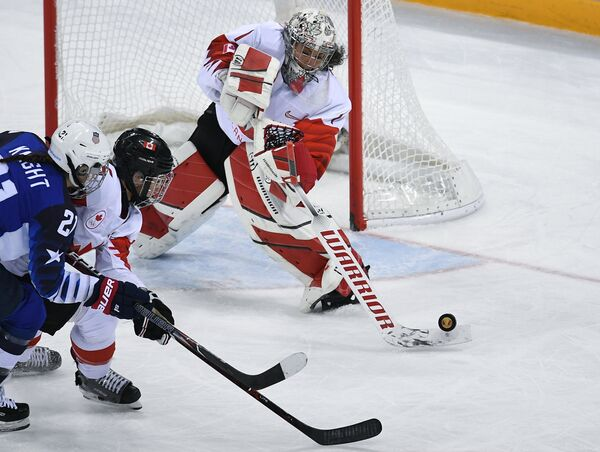 Игровой момент финального матча женских хоккейных сборных США - Канада