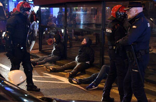 Болельщики, задержанные полицией, во время столкновения фанатов перед матчем Атлетик - Спартак