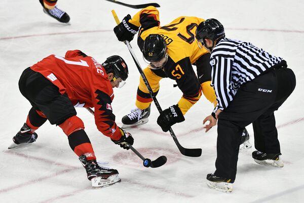 Канадский хоккеист Жильбер Брюле (слева) и хоккеист сборной Германии Марцель Гоч
