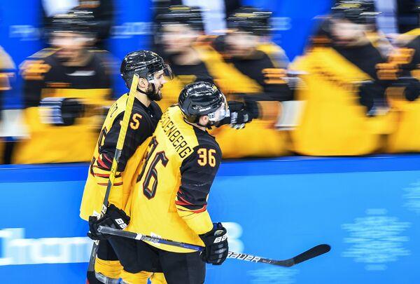 Хоккеисты сборной Германии Феликс Шютц и Янник Зайденберг (слева направо)