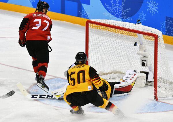 Канадский хоккеист Мэт Робинсон и хоккеист сборной Германии Патрик Хагер (слева направо)