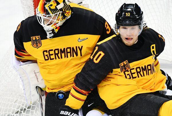Голкипер сборной Германии Данни аус ден Биркен и немецкий форвард Кристиан Эрхофф (слева направо)
