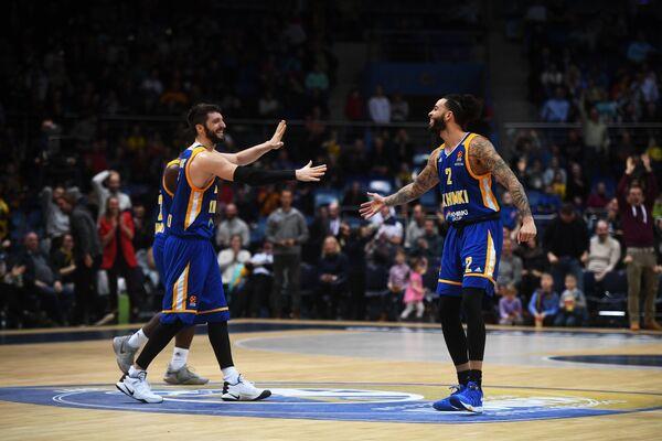 Баскетболисты Химок радуются победе