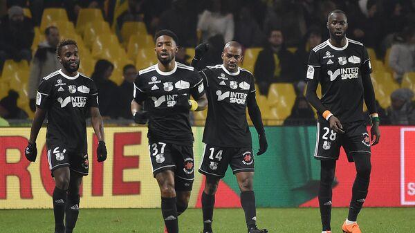 Футболисты Амьена. Второй справа - Гаэль Какюта