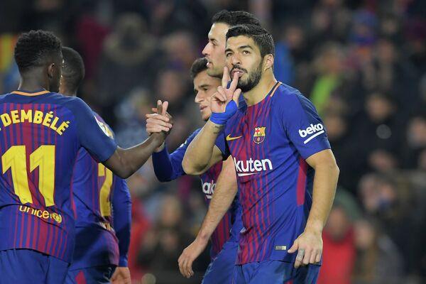 Футболисты Барселоны. Справа - нападающий Луис Суарес