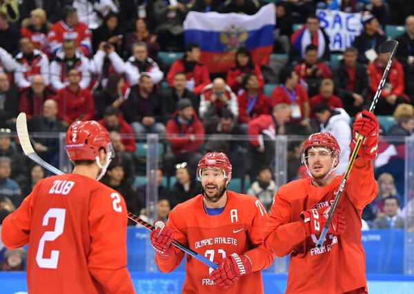 Хоккеисты сборной России Артем Зуб, Илья Ковальчук и Сергей Калинин (слева направо)