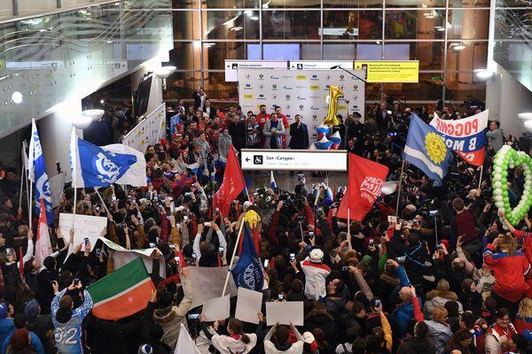 Участники встречи российских спортсменов - участников Олимпиады 2018 в аэропорту