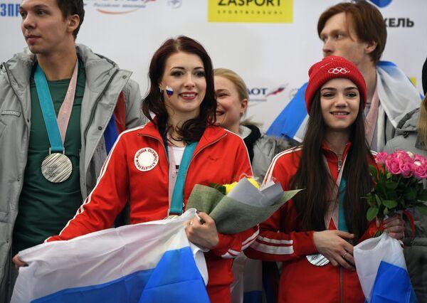 Фигуристы Дмитрий Соловьев, Екатерина Боброва и Евгения Медведева (слева направо)