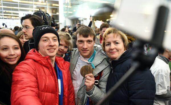 Фристайлист Илья Буров (второй справа)