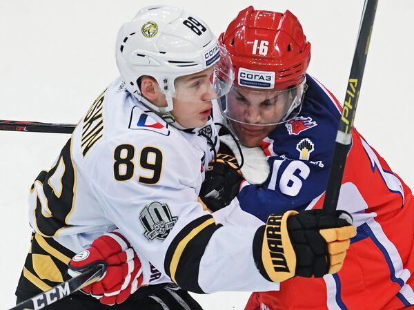 Нападающие Северстали Игорь Гераськин (слева) и ЦСКА Джефф Плэтт