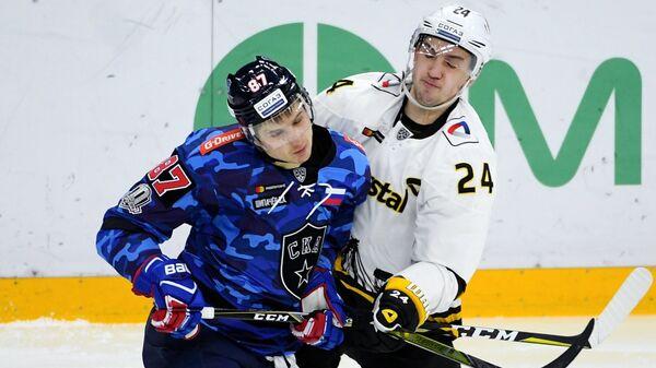 Нападающие СКА Вадим Шипачёв (слева) и Северстали Руслан Карлин