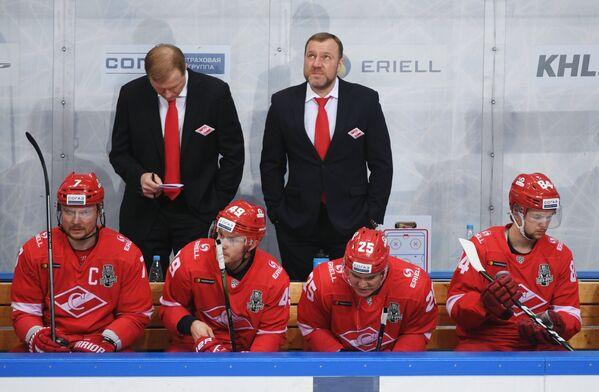 Главный тренер ХК Спартак Вадим Епанчинцев (на втором плане справа)