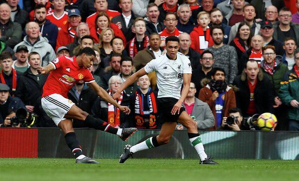 Игровой момент матча чемпионата Англии Манчестер Юнайтед - Ливерпуль