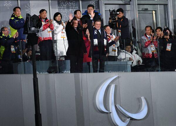 Эндрю Парсонс и Мун Чжэ Ин (в центре слева направо)