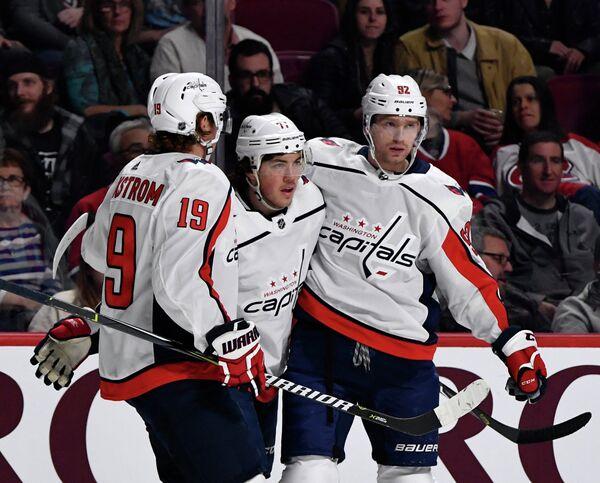 Хоккеисты Вашингтон Кэпиталз Евгений Кузнецов, Ти Джей Оши и Никлас Бэкстрем (справа налево)