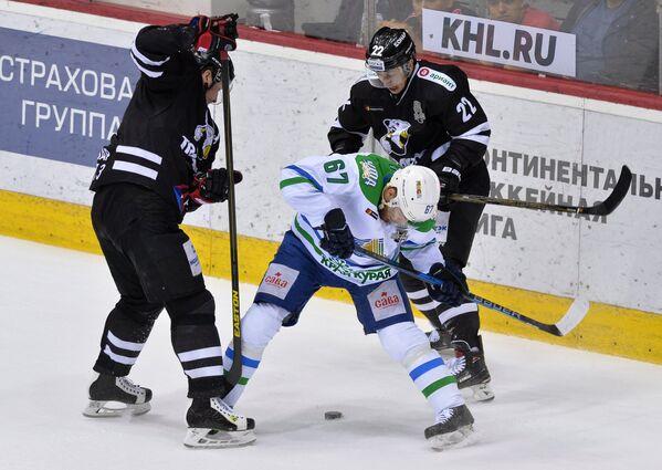 Форвард ХК Трактор Александр Черников (справа) и нападающий ХК Салават Юлаев Линус Умарк