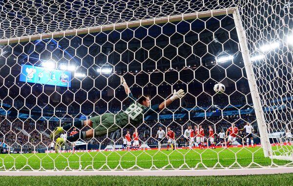 Голкипер сборной России Андрей Лунев пропускает гол