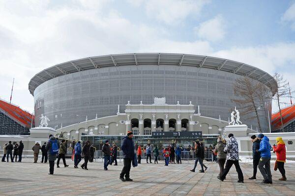 Болельщики у стадиона Екатеринбург Арена
