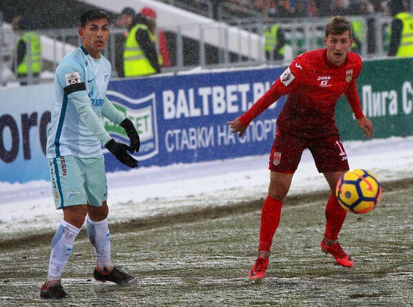Защитник ФК Уфа Дмитрий Живоглядов (справа) и полузащитник ФК Зенит Леандро Паредес