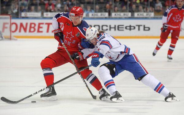 Нападающие ЦСКА Андрей Светлаков (слева) и СКА Виктор Тихонов